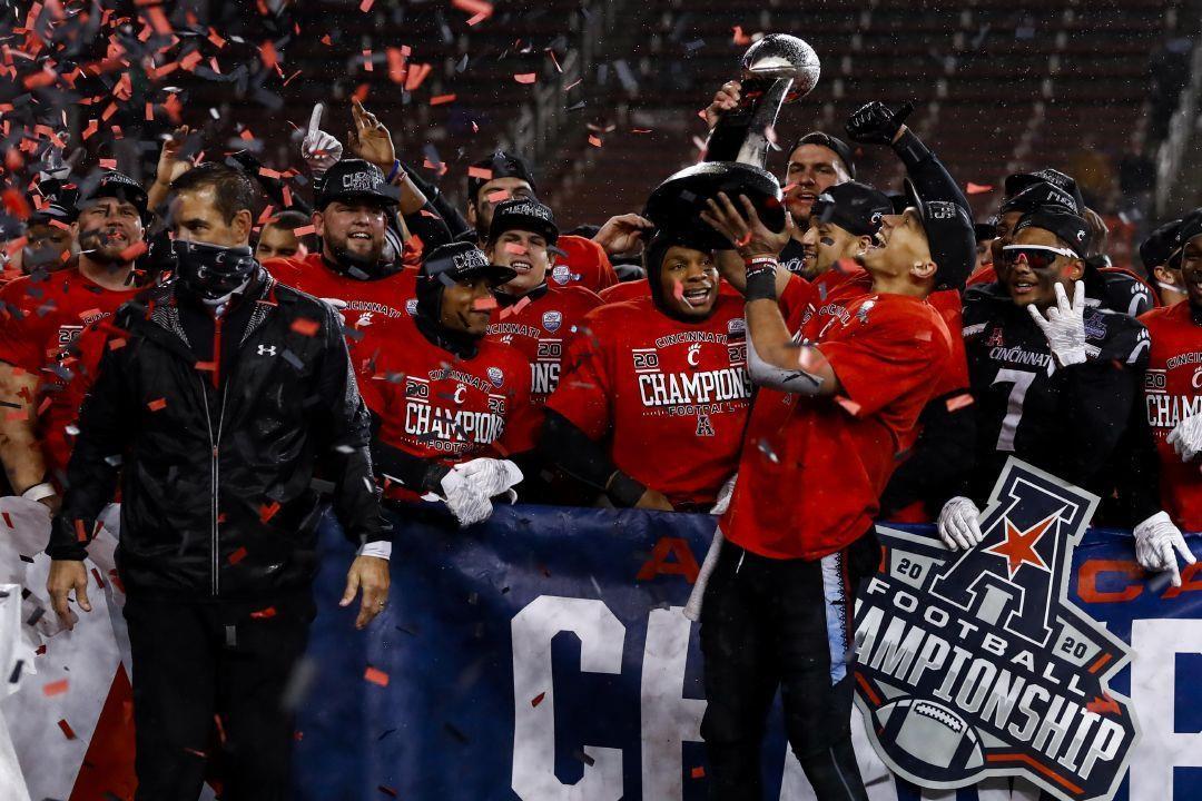 Cincinnati quarterback Desmond Ridder holds the trophy following the American Athletic Conference championship NCAA college football game against Tulsa, Saturday, Dec. 19, 2020, in Cincinnati. Cincinnati won 27-24. (AP Photo/Aaron Doster) |